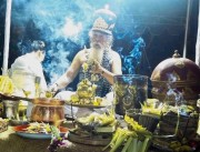 バリ島で満月に祈りをささげる儀式