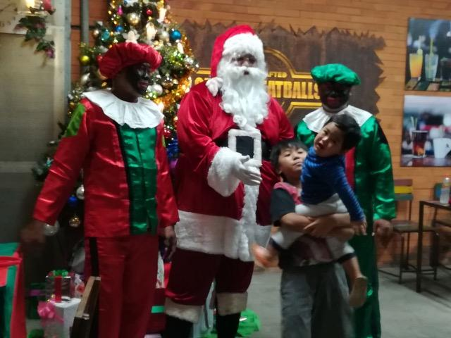 サンタクロースに驚く子どもたちの姿も