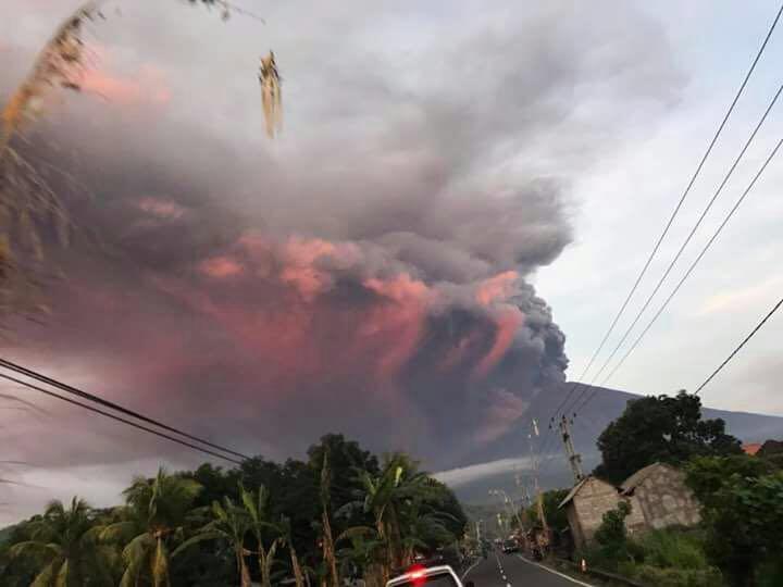 赤黒い噴煙を吹き上げるアグン山