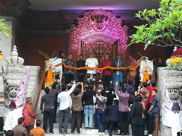 記念式典にはバリ島の著名人らが参加