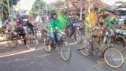 バリ島で自転車愛好家らがコスチューム・ライド