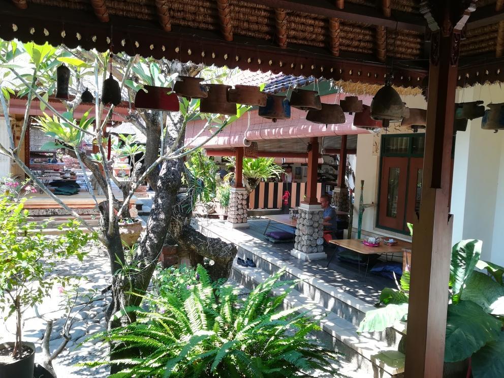 くつろげる伝統的バリ家屋の庭園内のワルン「Saro」