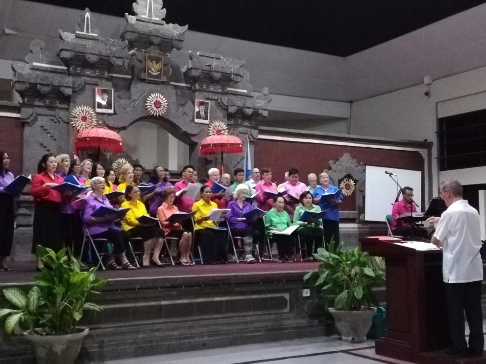 熱唱するバリコミュニティー合唱団