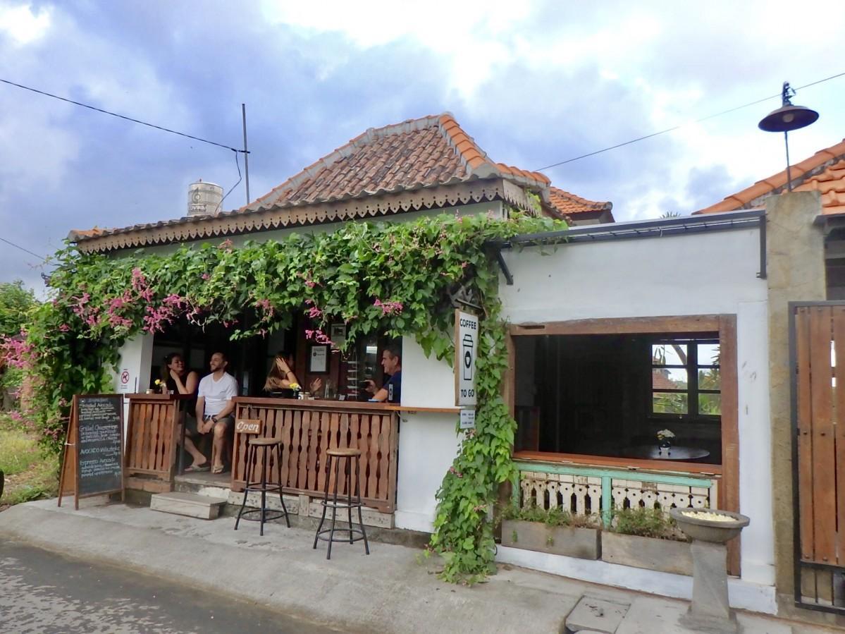 観光客でにぎわう「小さい店」という名のカフェ