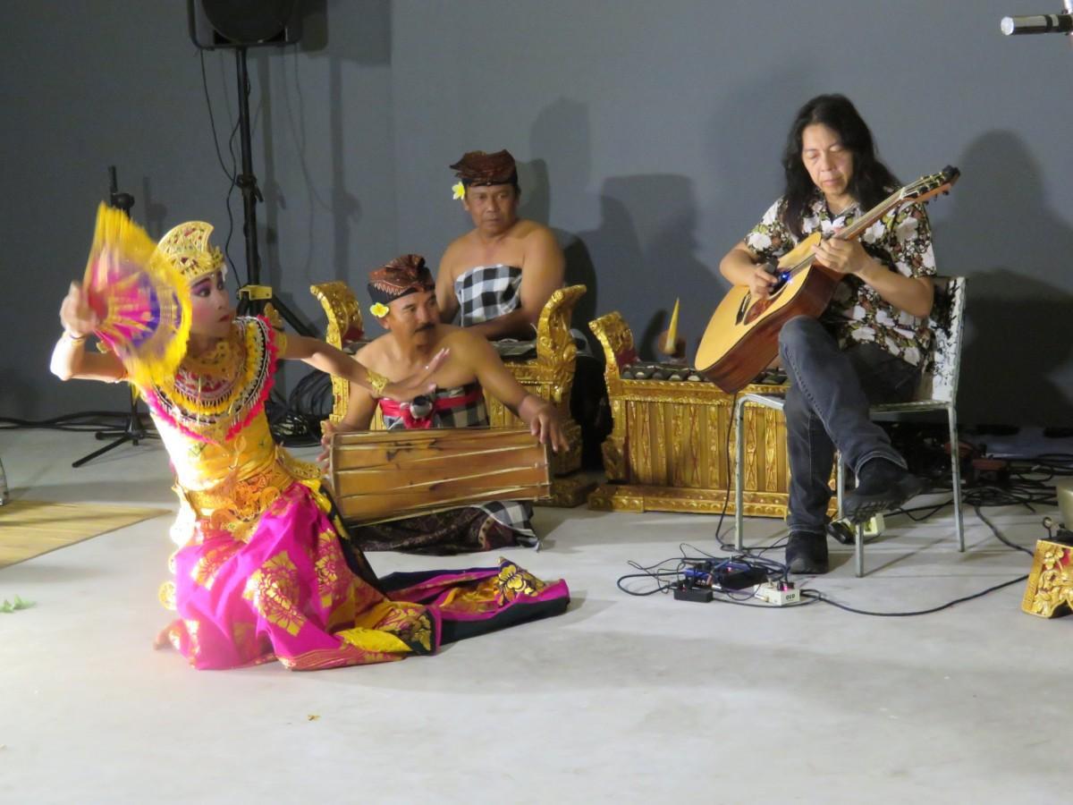 ギターでガムランを奏でる関将さんと「Baliwali」共演の様子