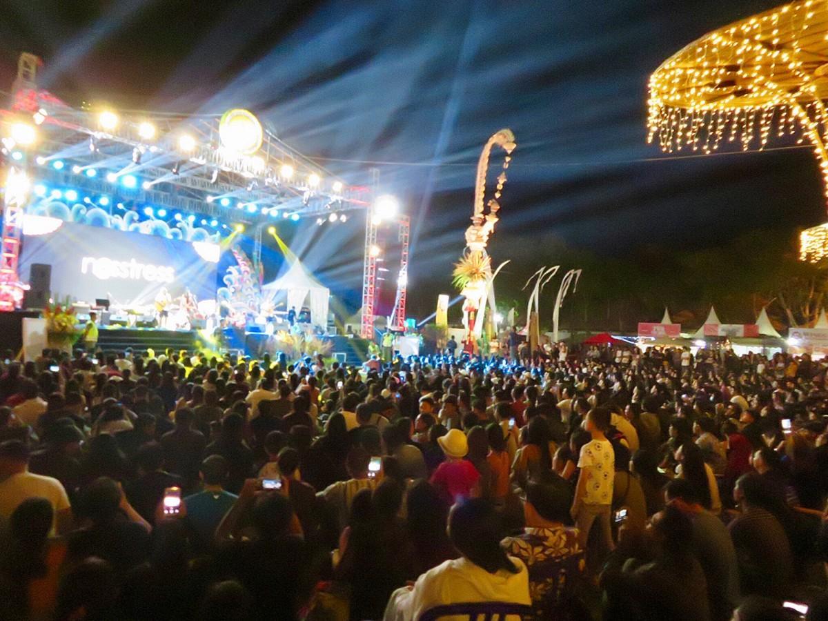 サヌール・ビレッジフェスティバルで盛り上がるステージ