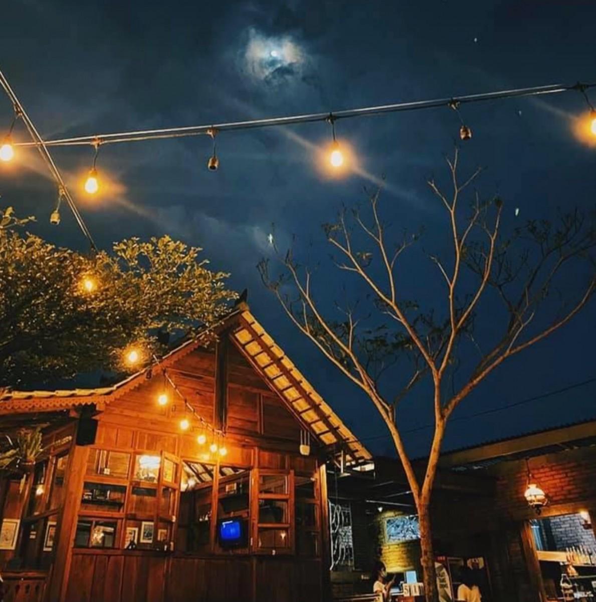 「Dua Teko(ドゥアテコ)」星空の下の店の様子