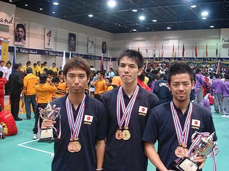 前大会の男子チーム種目ディビジョン1で優勝し、ダブル種目プレミア・ディビジョンでも3位に入賞した寺本進ざん、松田佑一さん、寺島武志さん。