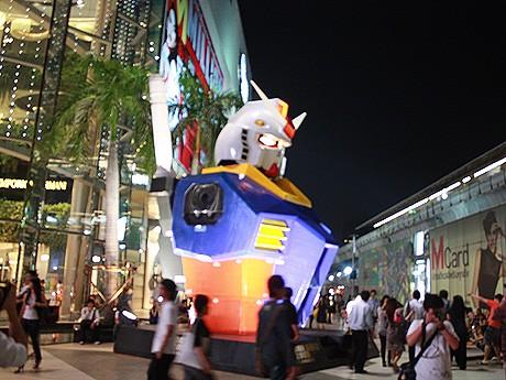(C)SOTSU・SUNRISE このイベントのために制作された高さ約6メートルのガンダムの上半身。
