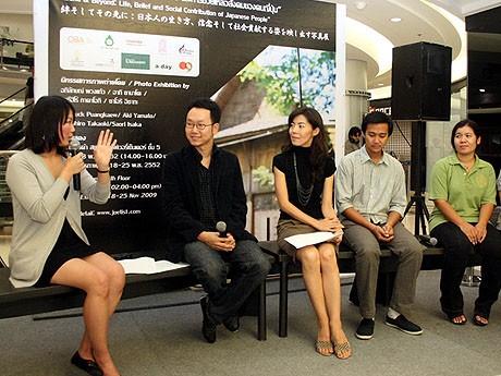 アピラックさん(左から2番目)と写真展共催者の大和亜基さん(同3番目)。