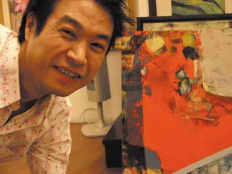 現代抽象画家の折井和良さん。