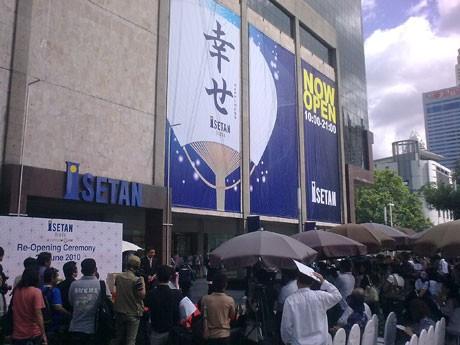 店頭の広場で開かれた「営業再開のセレモニー」。