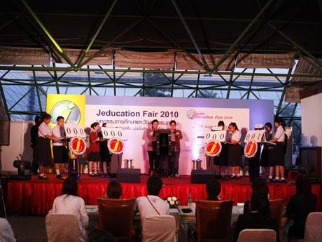 特設ステージで開かれた「高校生対抗クイズ大会」