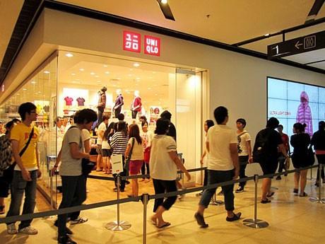 ユニクロ1号店(写真=長蛇の行列ができたオープン当日の様子)