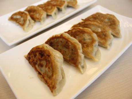 (手前から)「日本橋焼餃子」と女性に人気があるという「しそぎょうざ」