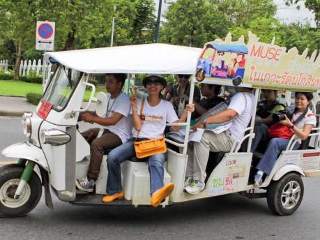 乗車席を6人乗りに改造した専用のトゥクトゥク