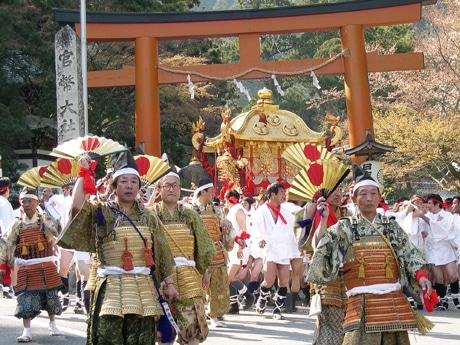 「山王祭」での神輿神幸。日吉大社の鳥居より。