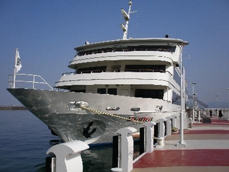 「湖上シンポジウム」にて使用される大型客船「ビアンカ」