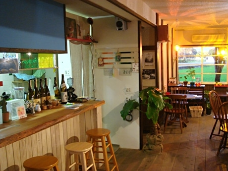 大津市玉野浦にオープンした「ぼちぼちカフェ」の店内