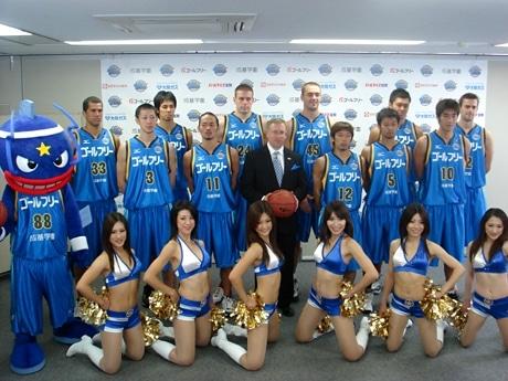マスコットキャラクター「マグニー」と「08-09シーズンユニフォーム」を着た選手たち。