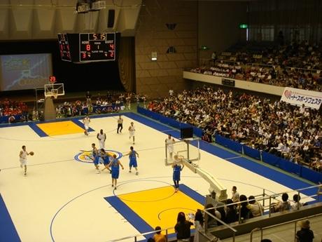 写真=「滋賀レイクスターズ」のプレシーズンゲームの様子。滋賀県立体育館。