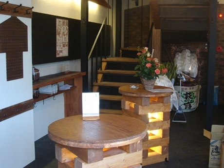 京阪浜大津駅前にオープンした立ち飲みダイニング「くらや」店内の様子
