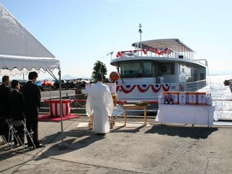 写真=大津市今堅田の杢兵衛造船所で行われた琵琶湖汽船の新型船「megumi」の進水式。