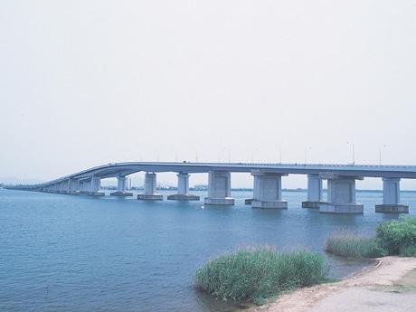 メロディロードが設置された琵琶湖大橋