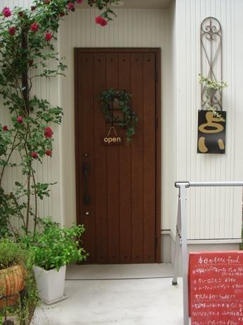 「占い」の看板が掲げられたカフェ&ギャラリー「プレンルーノ」の入り口。