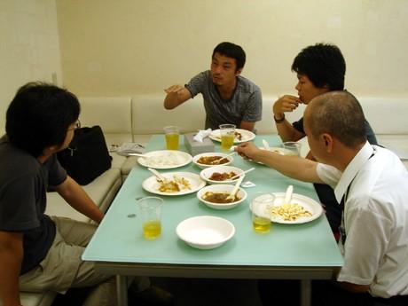 写真=「大津まるごとカレー」の試食をするスタッフ。(左から井上さん、松井さん、中島さん、市川さん)