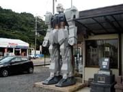 御影石で作られた高さ4メートルの「ガンダム風」石像-ブログなどで話題に
