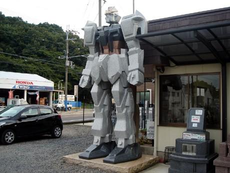 御影石で作られたロボット型の石像。地元では「ガンダム石像」として話題を集めている。