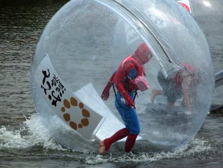 ウォーターボールに入って水上を走るスパイダーマン。
