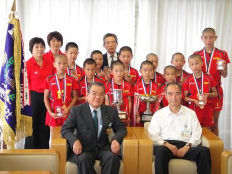 大津の小学生バレーボールチーム「比叡平スポーツ少年団」が、大津市役所を訪れ目片信大津市長に第29回全日本バレーボール小学生大会での優勝報告を行った。