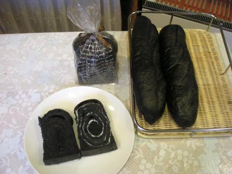 写真=「竹炭」の入った食パンとフランスパン