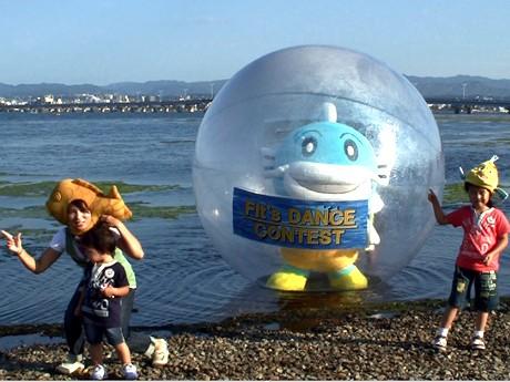写真=滋賀県のマスコットキャラクターやびわ湖の名物がウォーターボールを使って湖上ダンスを行い、その姿が撮影された。