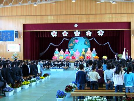大津市内36校の小学校に3,277人の新1年生が入学した。写真=大津市立石山小学校の入学式。