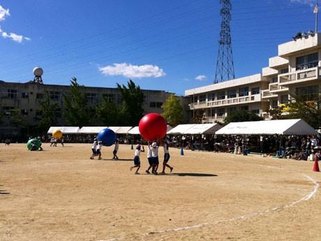 秋晴れの下、大津市内の各小学校でも運動会が行われた。