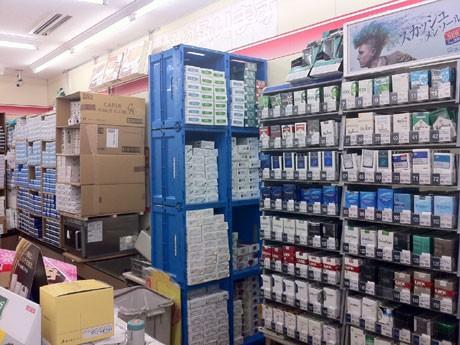 各コンビニエンスストアでも最後の駆け込み需要に対応して10箱入りのカートンを積み上げて販売している。