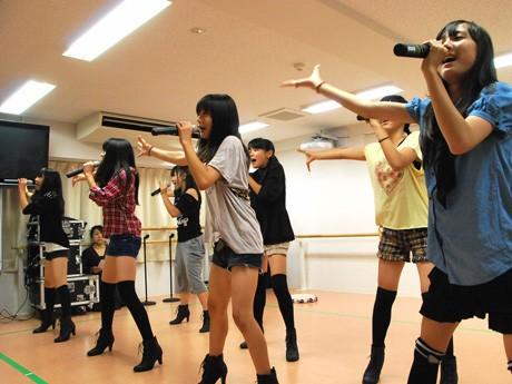 練習に励む7人のメンバー。10月28日のデビューライブに向け厳しいレッスンを続ける(草津市KDFダンススタジオ)