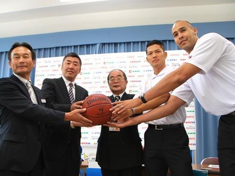 招待チケットに見立てたバスケットボールがスポンサーより滋賀県社会福祉協議会、レイクス選手に手渡された