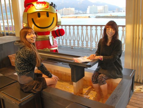 足湯に漬かりながら冬の琵琶湖を満喫できる