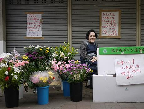 リフォーム中の店舗前で露店営業を開始。店番をする寺澤ソノさん