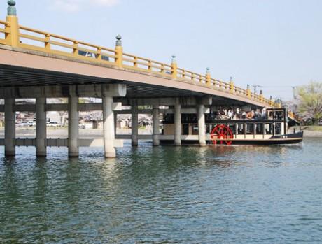 明治時代の就航当時のように復元したレトロな外輪船「一番丸」が「瀬田の唐橋」をスレスレで通る様子。
