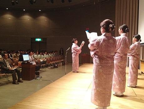昨年の朝礼コンテストで優勝した千成亭の朝礼実演の様子