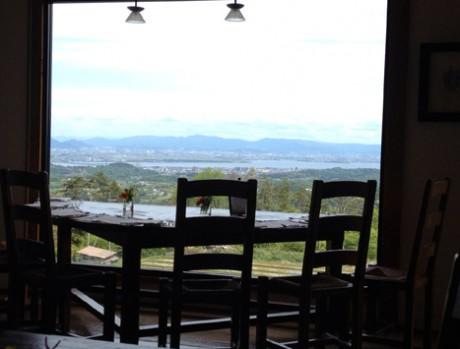 「山のレストラン」ではブルーベリー畑の向こうにびわ湖を眺めながら食事が楽しめる。ランチ・ディナー共に3,675円・5,250円で提供する。