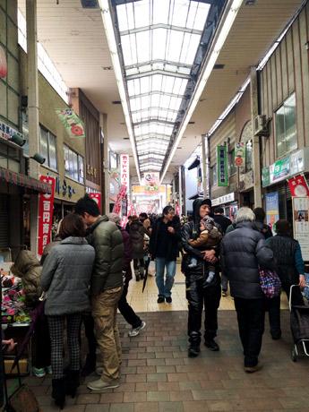 「大津100円商店街」前回の模様。シャッターが閉まっている店の前にも露店を展開