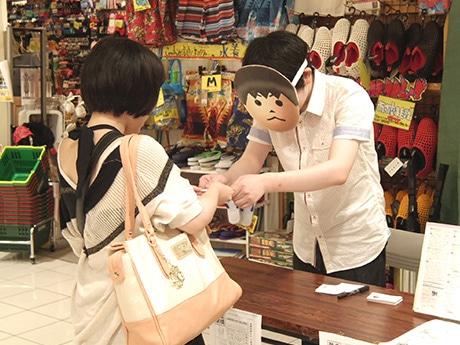 表情を変えず名刺交換するUKさん.長野からの帰省に合わせて参加した松本尚子さんは「twitterで交換会を知った。仕事でイライラした時に読んで癒やされています」と語る