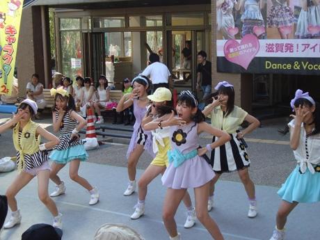 彦根で行われるフリフル定例ライブには炎天下の中、多くの熱心なファンが駆け付ける(写真提供=フリフル事務局)