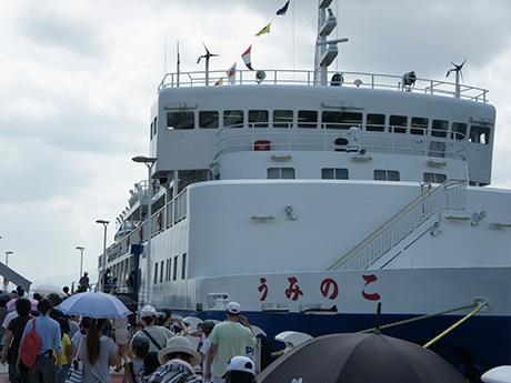 就航30周年を迎えた県の学習船「うみのこ」に乗り込む参加者